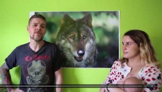 Ignacio Javierre y María Hernández durante un vídeo en el que explican que un juez no les permite llamar 'Lobo' a su hijo.