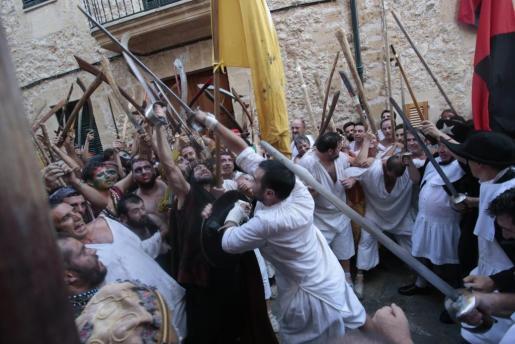 Joan Mas lucha con Dragut para quitarle la bandera al líder sarraceno.