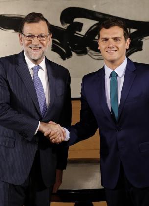 El presidente del Gobierno en funciones, Mariano Rajoy (i), y el líder de Ciudadanos, Albert Rivera, durante la entrevista que han mantenido.