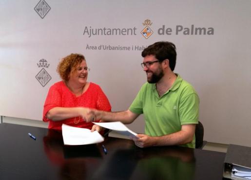 La consellera de Cultura, Ruth Mateu, y el teniente de alcalde de Modelo de Ciudad, Urbanismo y Vivienda Digna, Antoni Noguera, en la firma del convenio de concesión del solar municipal en Nou Llevant.