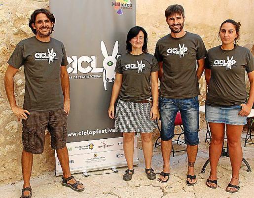 Tià Jordà, director del Circ Bover, junto a Marta Barceló y los regidores Carles Ramis y Magdalena Genovart.
