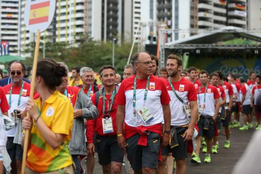 La delegación española se retira después de la izada de la bandera de su país en la Villa Olímpica.