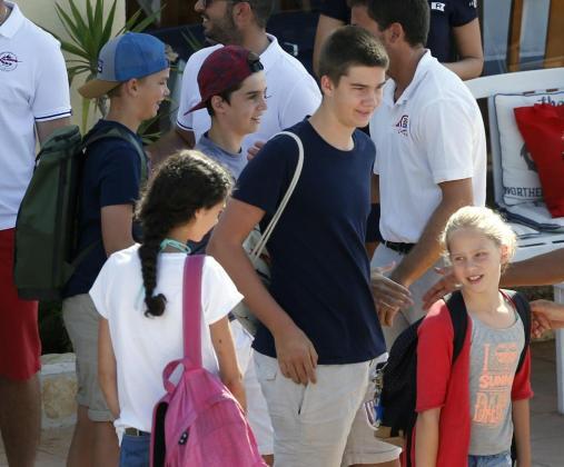 Los hijos de la infanta Cristina e Iñaki Urdangarin (de izda a dcha), Miguel, Pablo Nicolás, Juan Valentín e Irene, junto a su prima Victoria Federica (de espaldas), a su llegada a la escuela de Calanova.