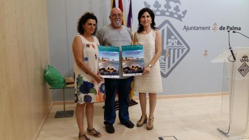 La regidora de Sanitat i Consum, Antònia Martín, acompañda de Toni Perpinyà, de la Associació s'Embat y Xisca Amengual, de la Associació Picarol.