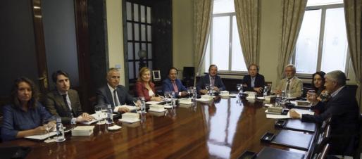 El presidente del Senado, Pío García Escudero (4d), y los vicepresidentes, Pedro Sanz (5d) y Joan Lerma (3d), durante la reunión de este jueves de la Mesa de la Cámara Alta.