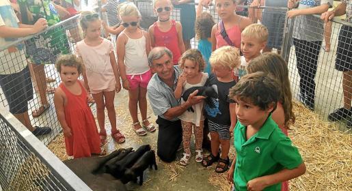 Algunos niños y niñas con l'amo en Tomeu, este miércoles, en Sineu.