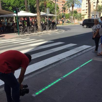 La banda luminosa del suelo indica si los peatones pueden o no cruzar la calle.