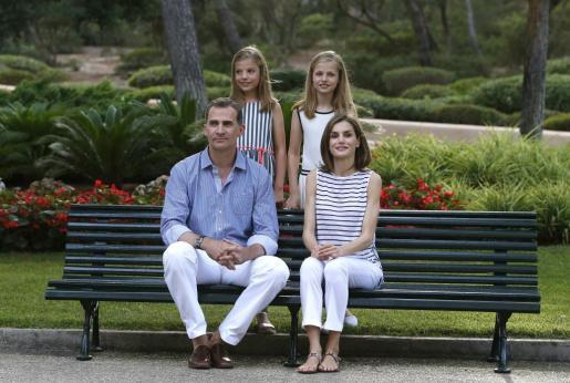 El rey Felipe VI y la reina Letizia posan con sus hijas, la princesa Leonor (d) y la infanta Sofía (i), en el Palacio de Marivent, durante sus vacaciones en Palma. Foto: EFE/Ballesteros