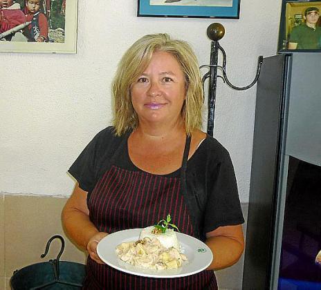 Joana Ferrer, del bar Bocadillos, presenta su receta de pavo con piña y nueces.