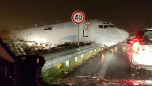 Imagen del avión, tras salirse de la pista.