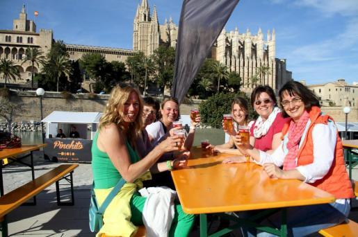 Evento cervecero en el entorno del Parc de la Mar de Palma.