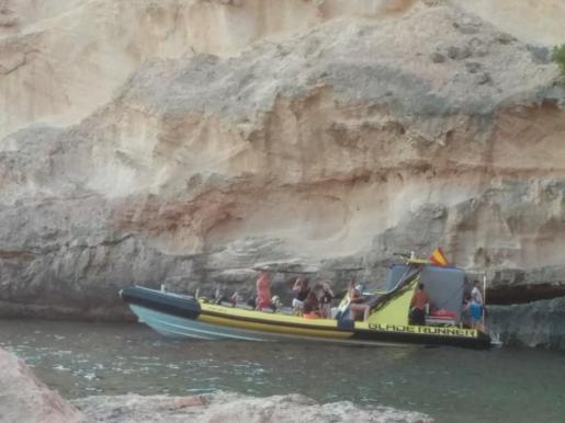 Fotografía de la embarcación en plena zona protegida de El Toro.