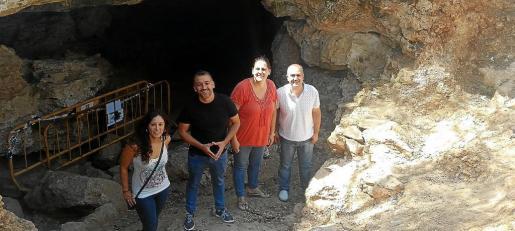 Carme Reynés, Joan Carles Verd y Rosa Roca, de Sencelles, y Antoni Salas, de Costitx, en la Cova del Camp del Bisbe.