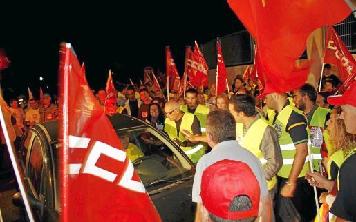 Imagen de los piquetes anoche a la salida de los camiones de Emaya. Salieron los servicios mínimos.