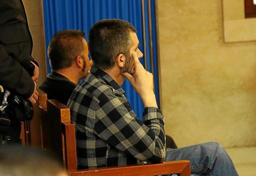 El informador de la banda, en segundo plano, durante el juicio en la Audiencia.