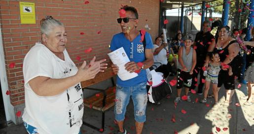 Unas 25 personas se congregaron en la entrada principal del centro penitenciario de Palma para recibir por todo lo alto a Francisca Cortés, 'La Paca'.
