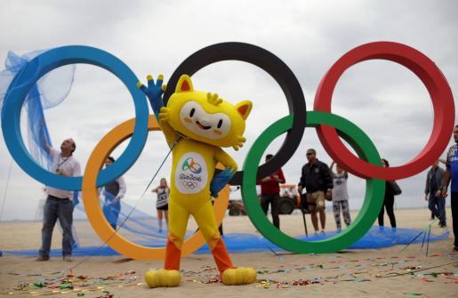 La mascota de los Juegos Olímpicos de Río junto con los aros multicolores.
