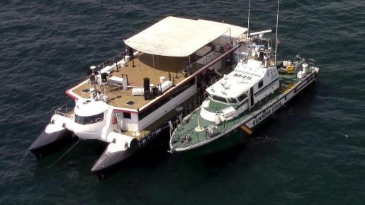 Imagen de archivo de una patrulla de la Guardia Civil, inspeccionando un barco.