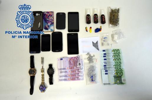 La Policía Nacional ha detenido a dos hombres por el robo de 11.500 euros de la caja fuerte de un hotel de Ibiza y de 90 pastillas de éxtasis que llevaba uno de los detenidos, además de otras drogas.