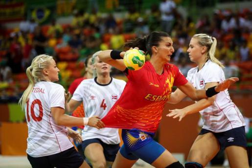 La jugadora del equipo olímpico de España de balonmano Elisabeth Chávez (2d) disputa el balón ante jugadoras del equipo de Noruega.
