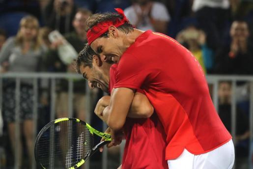 Rafael Nadal abraza a su compañero Marc López por su victoria ante los argentinos Juan Martín Del Potro y Máximo Gónzalez.