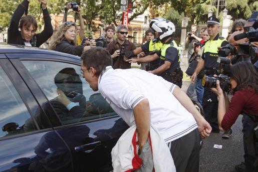 Un piquete increpa a un automovilista en la madrileña plaza de Cibeles, durante la jornada de huelga general contra la reforma laboral y la política económica del Gobierno.