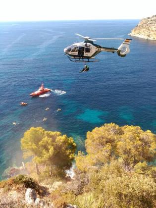 El helicóptero de la Guardia Civil, durante el rescate.