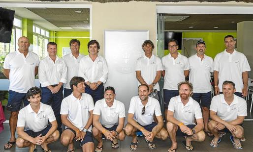 La tripulación del barco Maserati posa al completo con Enrique Lorenzana y Andrés Vidal.