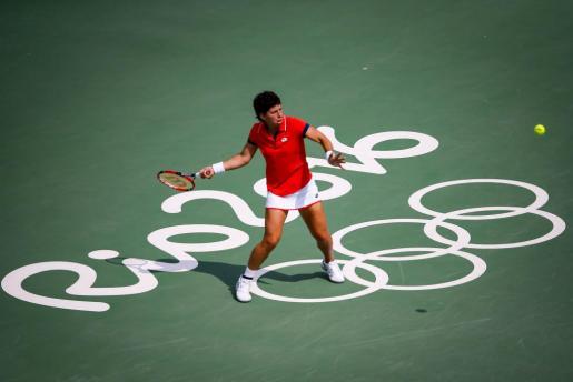La tenista española Carla Suarez Navarro en acción contra la tenista estadunidense Madison Keys este martes 9 de agosto de 2016, durante la tercera ronda de clasificación de tenis de los Juegos Olímpicos Río 2016, en el Centro Olímpico de Tenis de Río de Janeiro (Brasil).