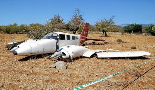 La avioneta, de la compañía Panamedia, precintada por la Guardia Civil en el terreno del agroturismo Casa del Virrey.