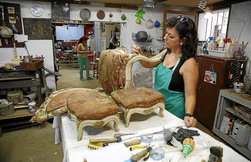 Los restauradores trabajan a contrarreloj en la puesta a punto del fondo, en el que destacan varias colecciones de sillas y butacas del XVIII y XIX.