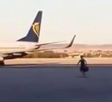 Fotograma del vídeo en el que se aprecia al pasajero corriendo por la pista del aeropuerto madrileño de Barajas.