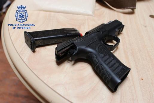 Una de las armas requisadas en la redada contra una organización criminal que traficaba con drogas en Mallorca.