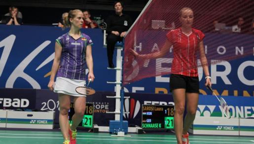 La húngara Laura Sarosi y la alemana Karin Schnaase, su oponente en la segunda ronda del Campeonato de Europa de bádminton.