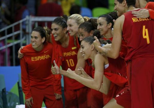 Las jugadoras de la selección española de baloncesto celebrando la victoria ante China.