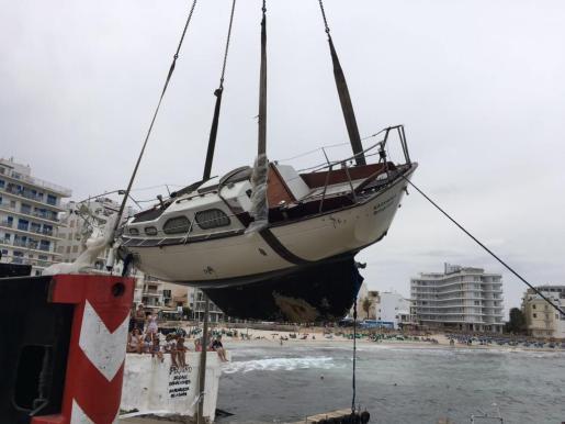 La retirada de la embarcación fue compleja y duró cerca de tres horas.