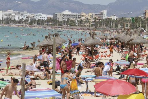 Imagen de una de las playas de Mallorca llena de gente.