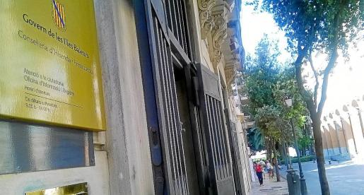 La sede de la Conselleria d'Hisenda, en la calle Palau Reial, de Palma (en la imagen), cuenta con una oficina de trámites y de atención al público. Las oficinas y los registros de la Administración no cierran en agosto.