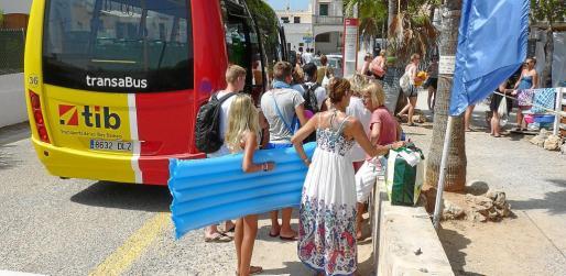 El 4 julio se puso en marcha el bus lanzadera que une Sa Ràpita con ses Covetes y tiene una importante afluencia de turistas.
