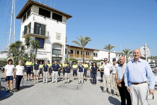 El director de Alcudiamar, Tomeu Bestard –primero por la derecha–, con parte de la plantilla en una foto reciente.