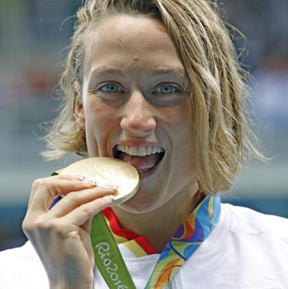 Mireia Belmonte Garcia de España muerde su medalla de oro.