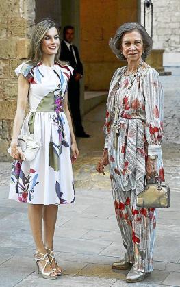 La reina Leticia y Doña Sofía, muy elegantes, a la entrada del Palau de l'Almudaina.
