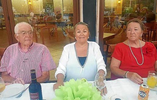 Izquierda: José de la Vega, Manuela de la Vega y Catalina Llompart.