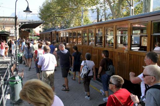 Un grupo de turistas baja del Tren de Sollér a su llegada a La Vall.