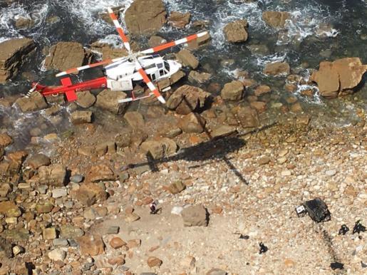 Lugar de la caída de un vehículo que se precipitó 40 metros desde un acantilado.