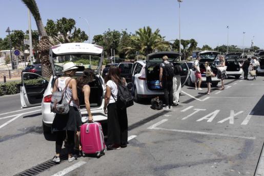 Llegada de turistas al aeropuerto de Eivissa.