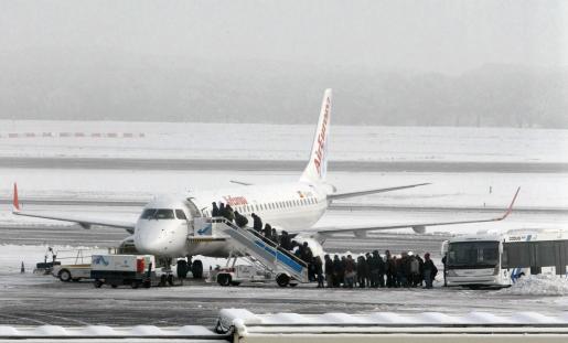 Los aficionados del Mallorca han tenido que esperar estoicamente a que el tráfico aéreo se normalizara.