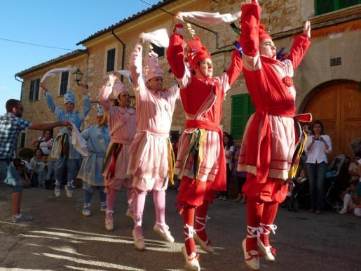Imagen de archivo del baile de los cossiers de Alaró.