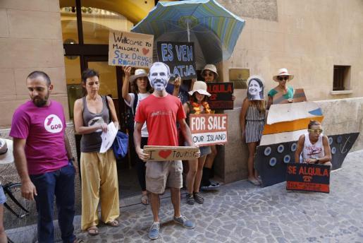 El GOB ha realizado este viernes una parodia frente a la Conselleria de Turisme.