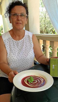 Raquel Díaz Ruiz con su gazpacho de remolacha con vinagreta de mango.
